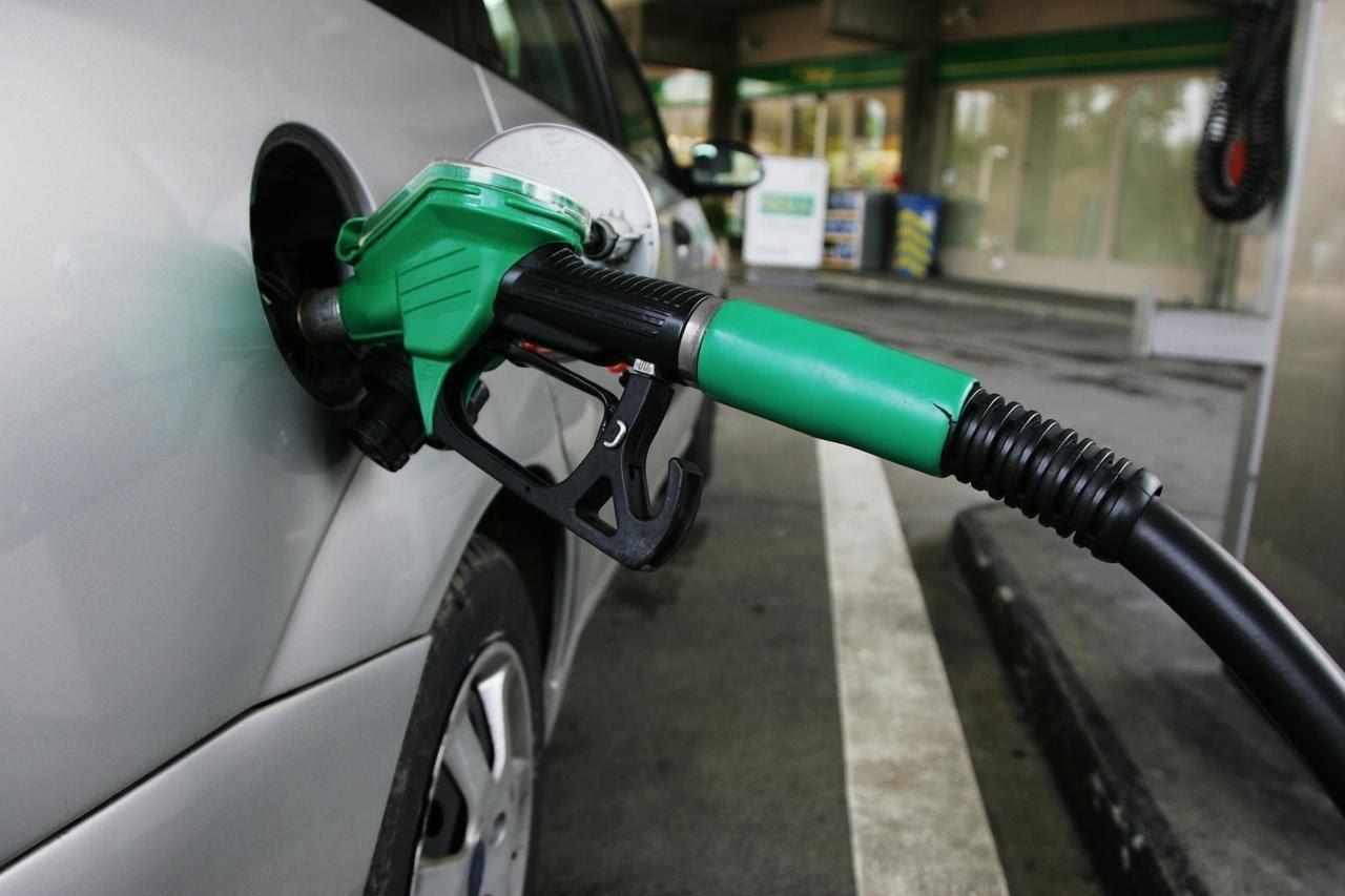 Coche repostando combustible en una gasolinera.